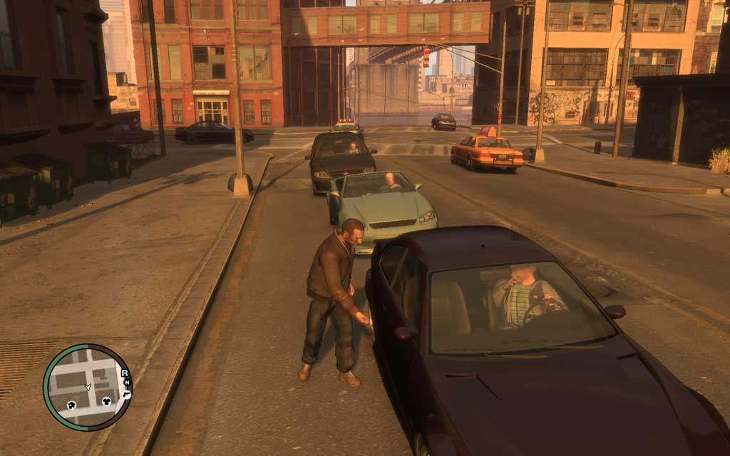 信号待ちで停車中の車に近づき、失敬する様子