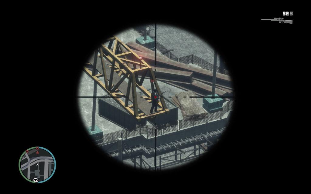 敵の見張り役は、建設用クレーンの端に陣取っている。ちょっと見つけにくいがスコープを拡大して探そう。