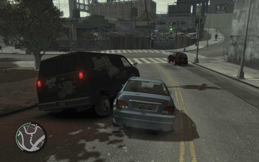 単に追いかけるだけでは止まってくれない。小突いて、ほかの車に衝突させたりして、停車させよう。